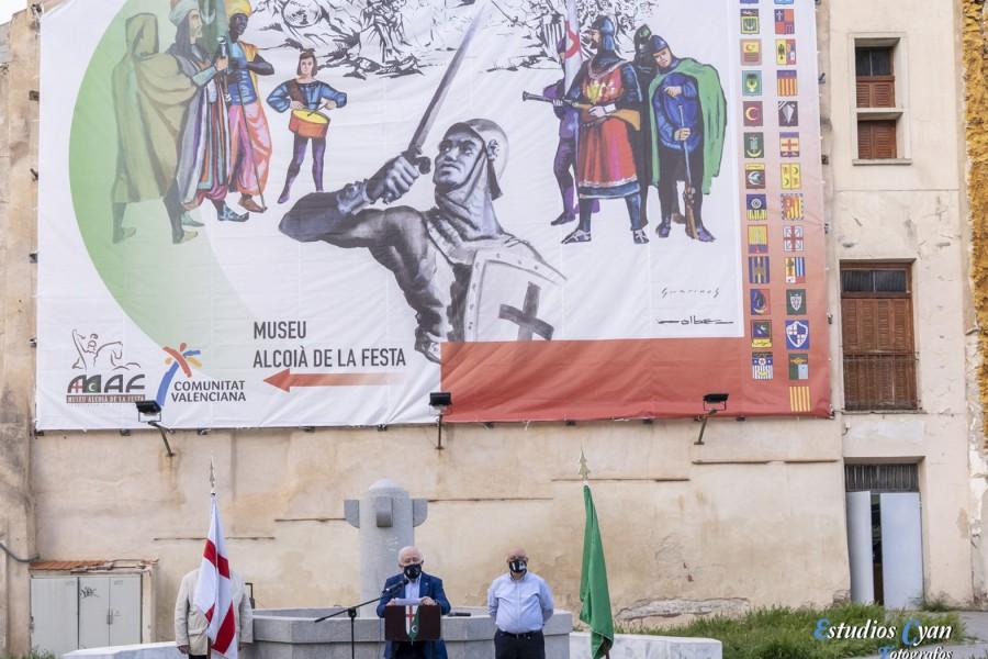 La Asociación de San Jorge descubre en la fachada del MAF una nueva lona decorativa inspirada en los trabajos de Guarinos y Solbes