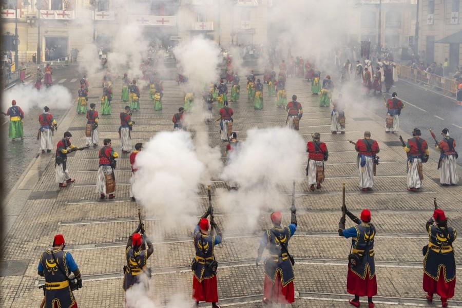 Los Moros y Cristianos de Alcoy siguen sin fecha, pendientes de la pandemia y la autorización de Sanidad